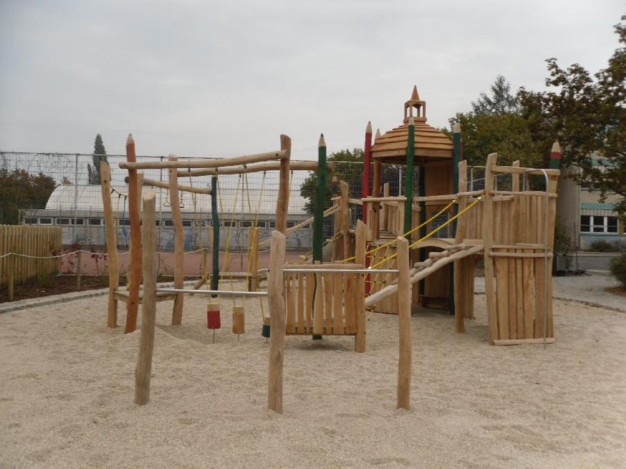 Spielplatz mit Serie Robinie